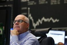 Трейдер на торгах фондовой биржи во Франкфурте-на-Майне 16 июня 2015 года. Европейские фондовые рынки снижаются за счет акций производителей автомобилей и предметов роскоши, дешевеющих после девальвации юаня. REUTERS/Ralph Orlowski