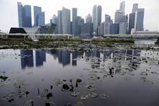 Singapour a annoncé mardi une révision à la baisse de ses prévisions de croissance 2015 dans la foulée de la publication du produit intérieur brut (PIB) définitif pour le deuxième trimestre. Pour l'ensemble de 2015, le ministère voit maintenant un PIB en hausse de 2% à 2,5%. La fourchette de prévisions précédente allait de 2,5% à 4%. /Photo prie le 2 juillet 2015/REUTERS/Edgar Su