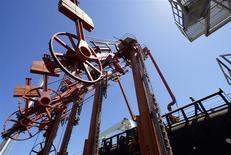 L'Opep a relevé mardi sa prévision pour l'offre de pétrole des producteurs non-Opep cette année, signe que l'effondrement des cours n'a pas encore d'impact tangible sur la production de schiste et d'autres sources. /Photo d'archives/REUTERS/Jorge Silva