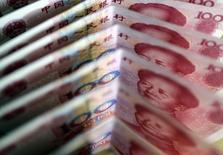 Банкноты 100 юаней. Пекин, 22 марта 2011 года. Юань во вторник пережил максимальное падение более чем за 20 лет, достигнув трехлетнего минимума, после того как китайский Центробанк неожиданно девальвировал его почти на 2 процента. REUTERS/Jason Lee