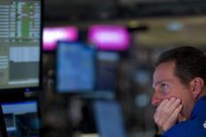 Un operador trabajando en la bolsa de Wall Street en Nueva York, jul 27 2015. Las acciones estadounidenses caían en las primeras operaciones del martes, en un retroceso generalizado luego de que la sorpresiva decisión de China de devaluar el yuan generó un alza del dólar y presionó a los títulos relacionados con las materias primas.    REUTERS/Brendan McDermid