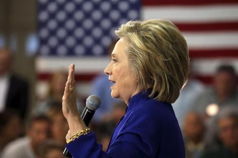 Hillary Clinton to give private email server to Justice Department
