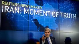 Госсекретарь США Джон Керри выступает на мероприятии Reuters Newsmaker, посвященном заключению ядерной сделки с Ираном. Нью-Йорк, 11 августа 2015 года. Если США откажутся от ядерного соглашения с Ираном и потребуют, чтобы их союзники подчинились американским санкциям, потеря доверия к лидерству США может поставить под угрозу доллар как мировую резервную валюту, заявил во вторник госсекретарь США Джон Керри. REUTERS/Brendan McDermid