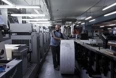 Funcionário trabalhando em fábrica em Atenas.  12/11/2014     REUTERS/Alkis Konstantinidis