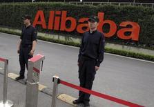 Охранники на входе в офис Alibaba в Ханчжоу. 18 июня 2015 года. Китайская Alibaba Group Holding Ltd сообщила в среду, что квартальная выручка увеличилась на 28 процентов, не дотянув до ожиданий аналитиков, темпы роста стали минимальными более чем за три года. REUTERS/John Ruwitch
