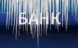 Сосульки на логотипе банка в Москве 21 января 2013 года. Российские банки в июле нарастили кредиты нефинансовым организациям на 3,1 процента, кредиты населению прибавили 0,1 процента, а просрочка по ним подскочила почти на 4 процента, сообщил ЦБР в четверг. REUTERS/Sergei Karpukhin/Files