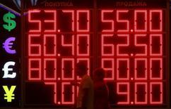 Des investisseurs ayant lancé une action en nom collectif contre des banques accusées de manipulations sur le marché des changes sont parvenus à des arrangements avec neuf établissements qui leur ont permis de récupérer plus de deux milliards de dollars (1,8 milliard d'euros) au total, a annoncé l'un de leurs avocats sans préciser les montants que chaque établissement avait accepté de verser. /Photo d'archives/REUTERS/Sergei Karpukhin