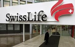 Swiss Life a enregistré au premier semestre une hausse légère de son bénéfice net en dépit de la fermeté du franc suisse et grâce à une solide performance au niveau des frais et des commissions. L'assureur suisse a fait état vendredi d'un bénéfice net avant minoritaires en hausse de 1% à 493 millions de francs suisses (453 millions d'euros). /Photo d'archives/REUTERS/Arnd Wiegmann
