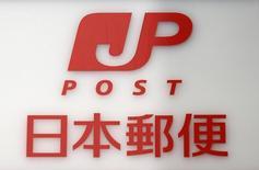 Логотип Japan Post Co на отделении почты в Токио 3 декабря 2012 года. Правительство Японии нацелено продать акций национальной почты как минимум на 1,3 триллиона иен ($11 миллиардов), сообщили источники, осведомленные о подготовке крупнейшей за почти 30 лет приватизации госсобственности.  REUTERS/Toru Hanai