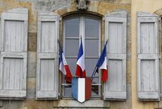 Banderas francesas en un edificio. La economía francesa se situó en un punto muerto inesperado en el periodo de abril a junio después de un sólido primer trimestre, ya que un incremento de las exportaciones no fue lo suficientemente fuerte como para compensar el impacto de la debilidad del gasto del consumidor y las variaciones en los inventarios. REUTERS/Stefano Rellandini