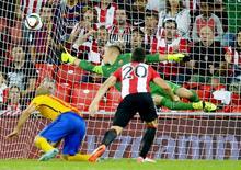 Aritz Aduriz, do Athletic Bilbao, marca gol contra o Barcelona pela Supercopa da Espanha, em Bilbao, norte da Espanha, nesta sexta-feira. 14/08/2015 REUTERS/Vincent West