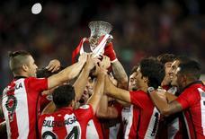 Jogadores do Athletic Bilbao levantam troféu da Supercopa da Espanha após vencerem o Barcelona, no Camp Nou, na Espanha, nesta segunda-feira. REUTERS/Albert Gea