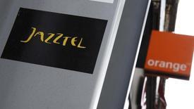 Orange a achevé mardi le rachat de Jazztel, ce qui lui permet de retirer l'opérateur télécoms espagnol de la cote à partir de mercredi. Le groupe français a annoncé avoir acquis dans le cadre de son droit de retrait obligatoire les 5,25% d'actions Jazztel qu'il ne détenait pas déjà à l'issue de son offre publique d'achat volontaire. /Photo prise le 16 septembre 2014/REUTERS/Andrea Comas