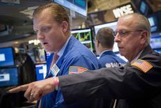 Operadores trabajando en la Bolsa de Nueva York, 13 de agosto de 2015. El dólar subía el martes contra el euro y el yen, apuntalado por datos que mostraron que los permisos de construcción de casas en Estados Unidos se acercaron a máximos de ocho años en julio, lo que refuerza las expectativas de que la Reserva Federal empezará a elevar su tasa de interés clave a partir del mes próximo. REUTERS/Brendan McDermid