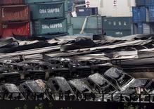 Les autorités portuaires en Chine vont renforcer la surveillance des cargaisons de produits dangereux après les explosions dévastatrices survenues la semaine dernière dans le port de Tianjin. /Photo prise le 17 août 2015/REUTERS/Kim Kyung-Hoon
