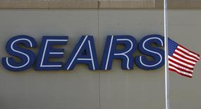 Sears est une des valeurs à suivre jeudi à Wall Street après l'annonce par le distributeur en difficulté d'un premier bénéfice trimestriel en plus de trois ans, grâce surtout à un gain exceptionnel tiré de la cession de magasins. L'action prend 10% en avant-Bourse. /Photo d'archives/REUTERS/Jim Young