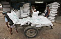 Trabajadores descargan sacos de azucar, en un almacen en Ahmedabad, Indi, 5 de agosto de 2015.  La Organización Internacional del Azúcar proyectó el jueves un déficit global del endulzante de 2,49 millones de toneladas en el periodo 2015/16, poniendo fin a cinco años consecutivos de superávit. REUTERS/Amit Dave