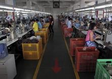 Le secteur manufacturier chinois s'est contracté en août à un rythme jamais vu depuis près de six ans et demi sur fond de baisse des commandes intérieures et à l'exportation, selon les résultats préliminaires de l'indice PMI Caixin/Markit auprès des directeurs d'achat. /Photo prise le 14 mai 2015/REUTERS/John Ruwitch