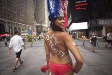 La municipalité de New York a entrepris de réduire les nuisances liées à la présence jugée parfois agressive de filles posant seins nus ou d'artistes de rue en costume de super héros à Times Square, haut lieu du tourisme dans la ville. /Photo prise le 19 août 2015/REUTERS/Carlo Allegri