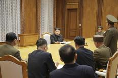 Глава КНДР Ким Чен Ын на экстренном совещании с военными. Пхеньян, 21 августа 2015 года. Лидер Северной Кореи Ким Чен Ын привел войска в боевую готовность в пятницу утром, после того как Пхеньян предъявил Южной Корее ультиматум с требованием прекратить трансляцию пропаганды против КНДР к полудню субботы под угрозой начала военных действий. REUTERS/KCNA