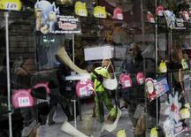 Una zapatería en Ciudad de México, nov 21 2014. Las ventas minoristas de México subieron un 1.1 por ciento en junio contra el mes previo, aunque el fuerte repunte no incluyó a las contrataciones de personal en el sector, que bajaron por primera vez en un semestre, mostraron el viernes cifras oficiales.   REUTERS/Carlos Jasso