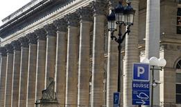 La Bourse de Paris baisse fortement à la mi-journée, dans le sillage des marchés chinois plombés par les inquiétudes persistantes entourant la croissance en Chine. A 12h30, le CAC 40 recule de 2,87% après avoir chuté de 6,57% la semaine dernière. /Photo d'archives/REUTERS/Charles Platiau