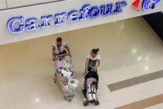 Carrefour a annoncé lundi être entré en négociations exclusives avec Altarea Cogedim pour lui racheter 100% du capital du site de ventes en ligne Rue du Commerce. /Photo d'archives/REUTERS/Charles Platiau