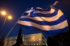 Bandeira nacional grega vista em frente ao Parlamento, em Atenas.  22/07/2015    REUTERS/Ronen Zvulun