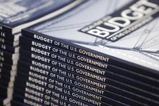 Copias de la propuesta de presupuesto 2016 del presidente Barack Obama, a la venta en la Oficina de Imprenta en Washington, 2 de febrero de 2015. El déficit presupuestario de Estados Unidos podría bajar en 60.000 millones de dólares en el 2015 debido a un sólido crecimiento de ingresos, dijo el martes la Oficina de Presupuesto del Congreso. REUTERS/Jonathan Ernst