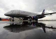 Sukhoi Superjet 100 russo com as cores da Aeroflot, na Inglaterra. 08/07/2012 REUTERS/Luke MacGregor