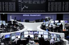 Les Bourses européennes effacent leurs pertes initiales mercredi en début d'après-midi, dans le sillage des valeurs parapétrolières dont le rebond est dopé par celui des cours du pétrole et par l'annonce du rachat de Cameron International par l'américain Schlumberger. A 14h35, l'indice CAC 40 avance de 0,31%, Londres de 0,21%, Milan de 0,58% et Francfort de 0,3%. /Photo prise le 26 août 2015/REUTERS/Staff/remote