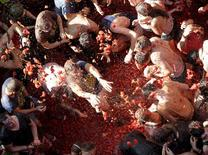 "Revelers battle with tomatoes during the annual ""Tomatina"" (tomato fight) in Bunol, near Valencia, Spain, August 26, 2015. REUTERS/Heino Kalis"