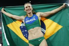 Fabiana Murer comemora medalha de prata no salto com vara do Mundial de Atletismo, em Pequim, na China, nesta quarta-feira. 26/08/2015 REUTERS/Kai Pfaffenbach