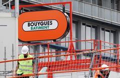 Le chiffre d'affaires de Bouygues a reculé de 1% au premier semestre, une baisse imputable à l'environnement toujours difficile dans le BTP et la route en France, mais le groupe a relevé les prévisions de Bouygues Telecom. /Photo prise le 25 août 2015/REUTERS/Régis Duvignau
