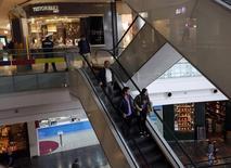 Unas personas realizando compras en un centro comercial en Buenos Aires, ago 1 2014. La recaudación fiscal de Argentina subiría un 35,2 por ciento interanual en agosto, sin superar el récord logrado el mes previo, impulsada por los aportes sobre el salario y la seguridad social, según un sondeo de Reuters publicado el jueves.  REUTERS/Enrique Marcarian