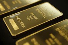 Barras de un kilo de oro a la muestra en Seúl, jul 31 2015. Los precios del oro bajaron el jueves, encaminándose a su mayor caída semanal desde marzo, luego que los optimistas datos sobre crecimiento y empleo de Estados Unidos hicieron subir el dólar y las acciones, aunque la incertidumbre sobre el calendario para un alza de tasas de interés mantuvo las pérdidas controladas.  REUTERS/Kim Hong-Ji