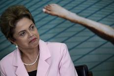 La presidenta de Brasil, Dilma Rousseff, reaccionando durante una ceremonia en Brasilia, Brasil, 27 de agosto de 2015. La agencia de calificación crediticia Moody's recortó el jueves su estimación de crecimiento para las economía del G-20 en 2016, debido al impacto de una desaceleración en China mayor que lo previsto anteriormente. REUTERS/Ueslei Marcelino