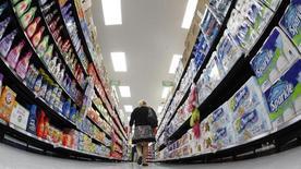 Foto de archivo de un comprador caminando por un supermercado Walmart, en Chicago, 21 de septiembre de 2011. La confianza del consumidor en Estados Unidos cayó en agosto, según mostró un informe publicado el viernes. REUTERS/Jim Young/Files