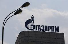Gazprom, le premier producteur russe de gaz naturel, a annoncé lundi une hausse de 50% de son bénéfice net au premier semestre, à 675,9 milliards de roubles (9,4 milliards d'euros environ), grâce à la faiblesse du rouble. /Photo prise le 10 août 2015/REUTERS/Maxim Shemetov