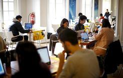 """Participantes del programa de emprendimiento """"Start Up Chile"""" trabajan en su oficina en Santiago, 10 de agosto de 2015. La tasa de desempleo en Chile subió a un 6,6 por ciento en el trimestre móvil mayo-julio, en línea con lo esperado por el mercado, debido a los efectos de la debilidad de la economía doméstica, según datos difundidos el lunes por el Gobierno. REUTERS/Ivan Alvarado"""