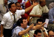 Operadores trabajando en la Bolsa de Valores de Sao Paulo, oct 16 2008. El principal índice de acciones de Brasil subía el miércoles en línea con un alza en los mercados bursátiles del exterior, mostrando cierta recuperación después de tres sesiones de pérdidas.  REUTERS/Paulo Whitaker