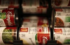 Campbell Soup est une des valeurs à suivre jeuid à Wall Street, après avoir fait état d'une baisse de 8,6% de ses ventes trimestrielles, pénalisées entre autres par le dollar fort. /Photo prise le 13 février 2015/REUTERS/Gary Cameron