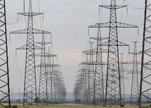 ЛЭП у Саяно-Шушенской ГЭС. 28 июля 2014 года. Российский госхолдинг Россети и китайская электросетевая госкорпорация SGCC договорились о совместном проекте организации транзита электроэнергии в Сибири, стоимость которого может превысить $300 миллионов. REUTERS/Ilya Naymushin