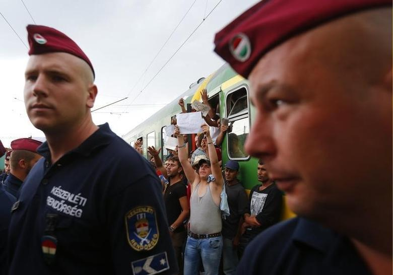 Migrants scuffle with Hungary police; dead toddler...