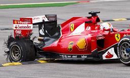Pneu estourado da Ferrari de Sebastian Vettel em Spa-Francorchamps. 23/08/2015 REUTERS/Michael Kooren