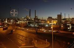 Завод Bayer в Леверкузене. 30 января 2013 года. Принадлежащий Bayer четвертый крупнейший европейский производитель полимерных материалов Covestro планирует начать процесс IPO в четвертом квартале, планируя привлечь примерно 2,5 миллиарда евро ($2,8 миллиарда) в то время, как его материнская компания сосредоточится на лекарствах и пестицидах. REUTERS/Ina Fassbender