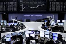 Operadores trabajando en la Bolsa de Fráncfort, Alemania, 3 de septiembre de 2015. Las bolsas europeas retrocedían en la apertura del viernes después de cerrar con ganancias sólidas en la sesión anterior, en momentos en que los inversores aguardan unos datos de empleo de Estados Unidos, en busca de pistas sobre cuándo podría ocurrir un alza en las tasas de interés en ese país. REUTERS/Staff/remote