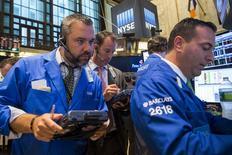 Les marchés américains ont ouvert dans le rouge vendredi, les chiffres de l'emploi publiés une heure avant l'ouverture ayant mis en évidence une décélération de la croissance du marché du travail en août aux Etats-Unis. Cinq minutes après le début des échanges, le Dow Jones perd 1,32%. Le Standard & Poor's 500 recule de 1,22% et le Nasdaq cède 1,11%. /Photo prise le 3 septembre 2015/REUTERS/Lucas Jackson