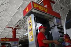 Una gasolinera de PDVSA operando en Caracas, ago 29 2014. La cesta venezolana de crudo y derivados rompió la tendencia a la baja que mantuvo durante varias semanas y ganó 6,18 dólares por barril (dpb), impulsada por la recuperación de los mercados bursátiles y las expectativas favorables en torno a la economía estadounidense, dijo el viernes el Ministerio de Petróleo.   REUTERS/Carlos Garcia Rawlins