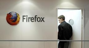 """Mozilla, créateur du navigateur internet Firefox, a annoncé vendredi que des pirates informatiques avaient subtilisé des données sensibles sur le plan de la sécurité et s'en étaient servis pour """"attaquer"""" des utilisateurs de Firefox. /Photo d'archives/REUTERS/Albert Gea"""